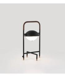 Lámpara de mesa con acabado en negro mate y piel marrón – Wong – Aromas