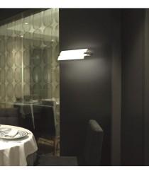 Aplique de pared en latón disponible en 2 acabados, 3 medidas y 2 fuentes de luz – Prisma – Pujol Iluminación